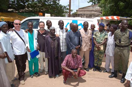 entrega ambulancia de Ambulàncies Catalunya por Acción Senegal