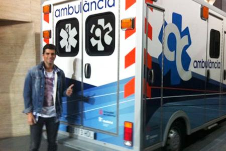 Jaume Algersuari davant l'ambulància catalunya